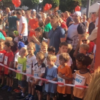 Kinder kurz vorm Start des Laufs