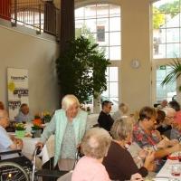 Senioren im Pflegeheim genießen Essen und Getränke
