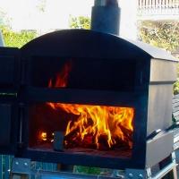 Der Holzofen ist gleich bereit zum Flammkuchenbacken.
