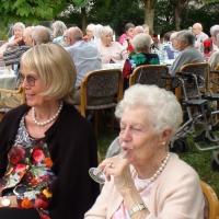 Es wird langsam voll: Senioren des Wohnstifts Radäcker freuen sich auf denn Beginn des Sommerfests