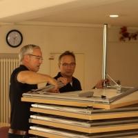 tradition-ES Mitglieder bauen die Tische für das Zwiebelfest auf.