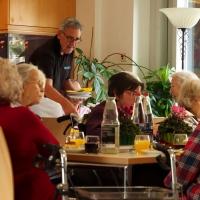 tradition-ES Mitglieder beim Bedienen Senioren des Pflegeheims Obertor.