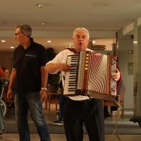 Der Musiker Wolfgang Wissl spielt Akkordeon für die Senioren des Pflegeheims.