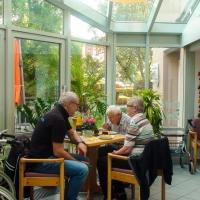 tradition-ES Mitglieder kommen mit den Senioren ins Gespräch.