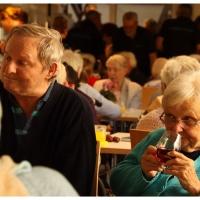 Die Senioren des Pflegeheims Obertor probieren den neuen Wein.