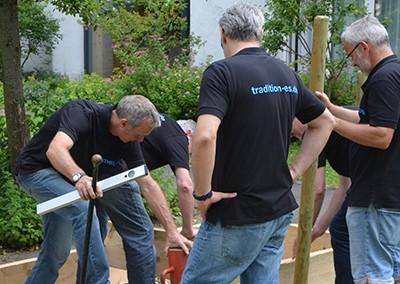 Soziales Projekt: Hochbeet, auf der die Senioren bequem Gartenarbeiten verrichten können