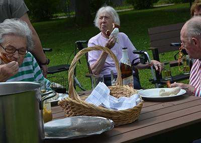 Soziales Projekt: Kochrezepte-Kalender von Senioren zusammenstellen und Spenden sammeln