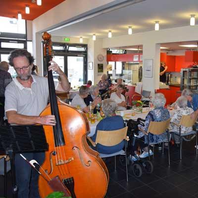 Spenden für Musiker beim Seniorennachmittag Altenheim Obertor