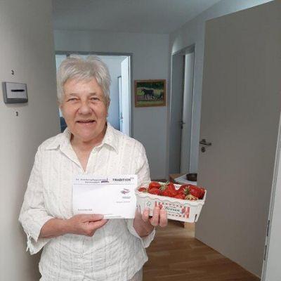 tradition-ES schenkt Erdbeeren für die Bewohner*innen des Krankenpflegevereins Denkendorf